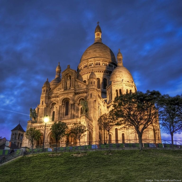 at-night-Paris-France