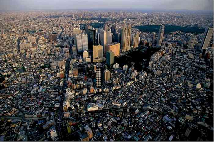 Shinjuku_District_of_Tokyo_Japan_1996