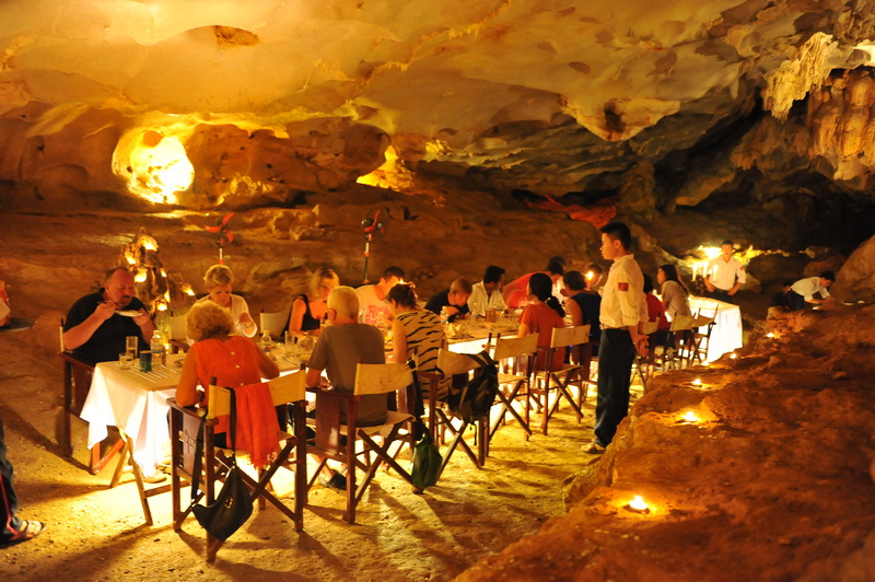 Halong_Bay_cave_dining