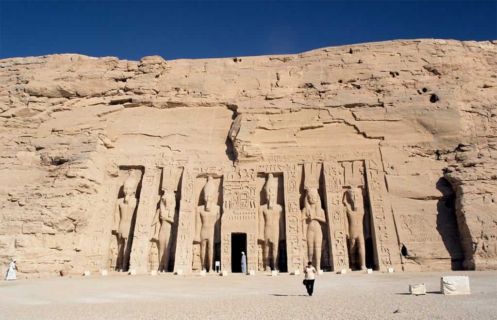 Abu_Simbel,_Nefertari_Temple,_front,_Egypt,_Oct_2004