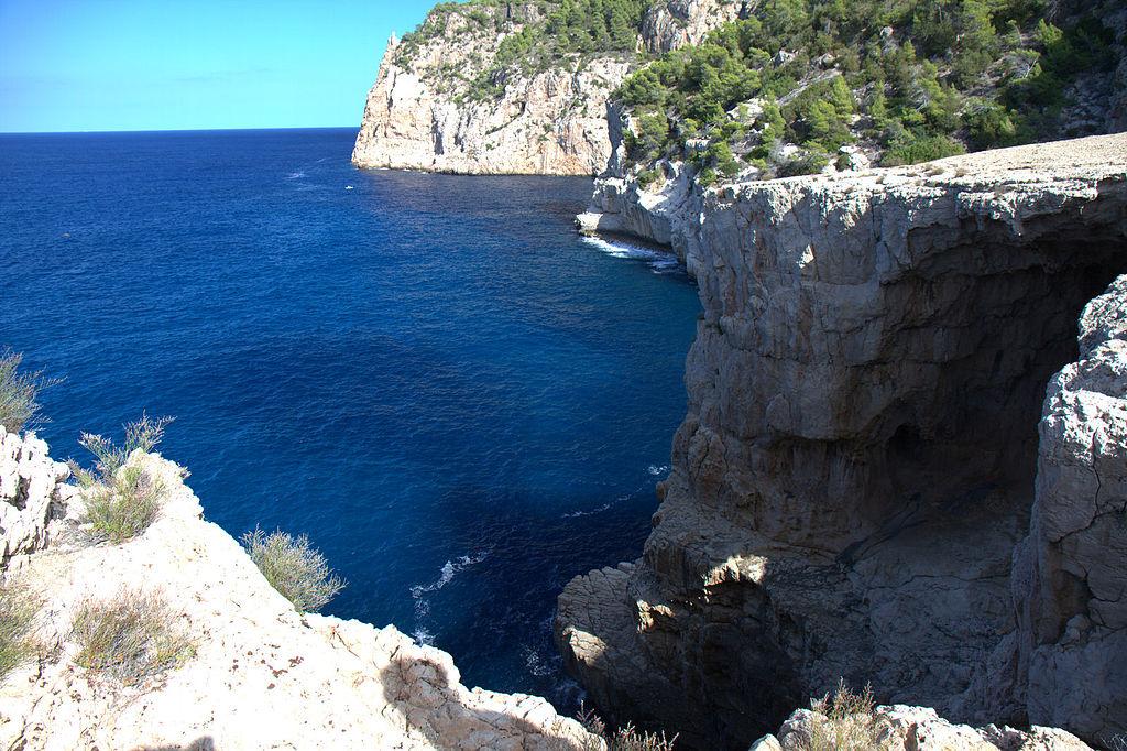 1024px-Cala_dAlbarca_Ibiza_Spain