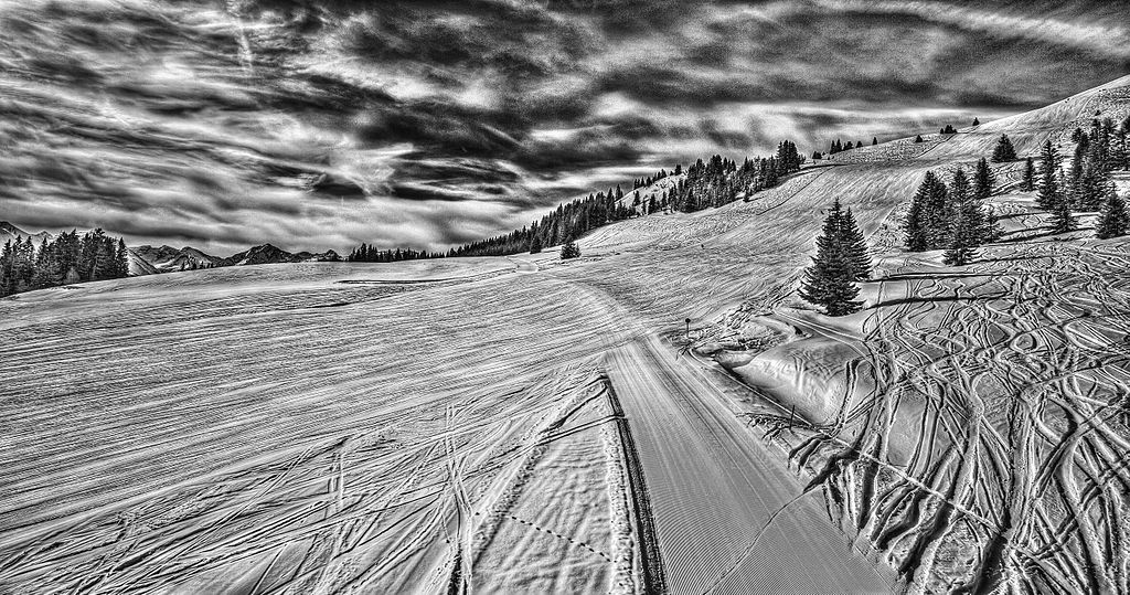 1024px-Skiing_resorts_Kitzbuhel_Austria_(8278174918)