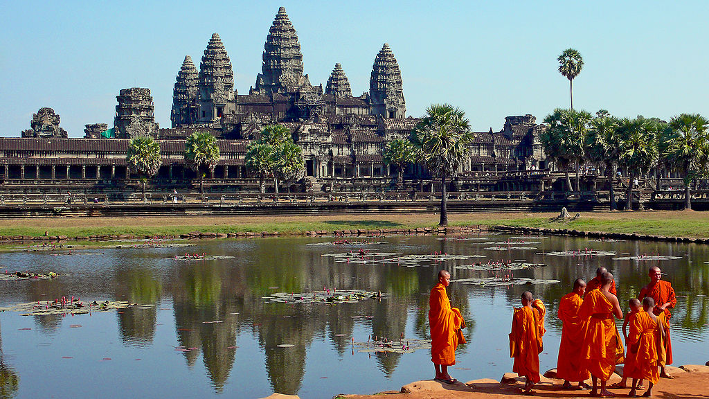 1024px-Buddhist_monks_in_front_of_the_Angkor_Wat