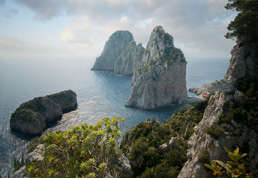 1024px-Faraglioni,_Capri,_Italy