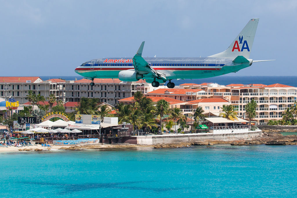 American_Airlines_Boeing_737-800_on_approach_to_Princess_Juliana_Airport_(St_Maarten)