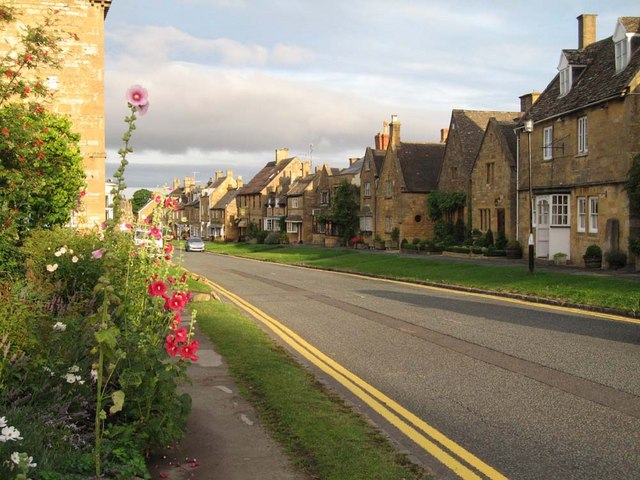 Streetscape_-_Broadway,_Cotswolds_-_geograph.org.uk_-_1104821