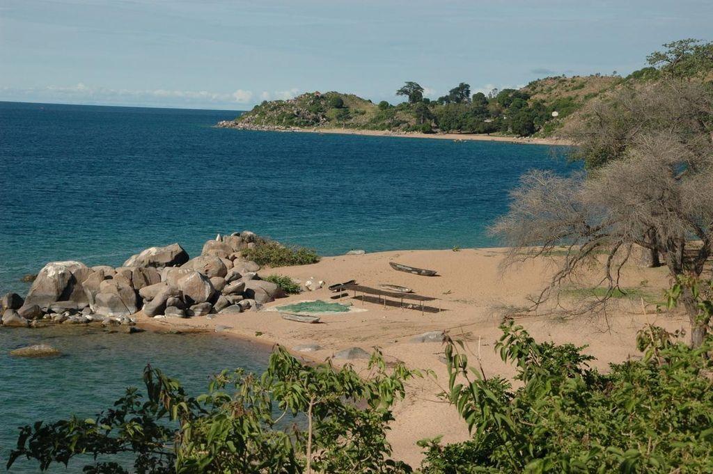 1024px-Likoma_Island,_Lake_Malawi_0525