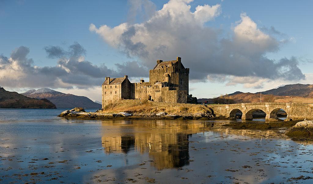 1024px-Eilean_Donan_Castle,_Scotland_-_Jan_2011