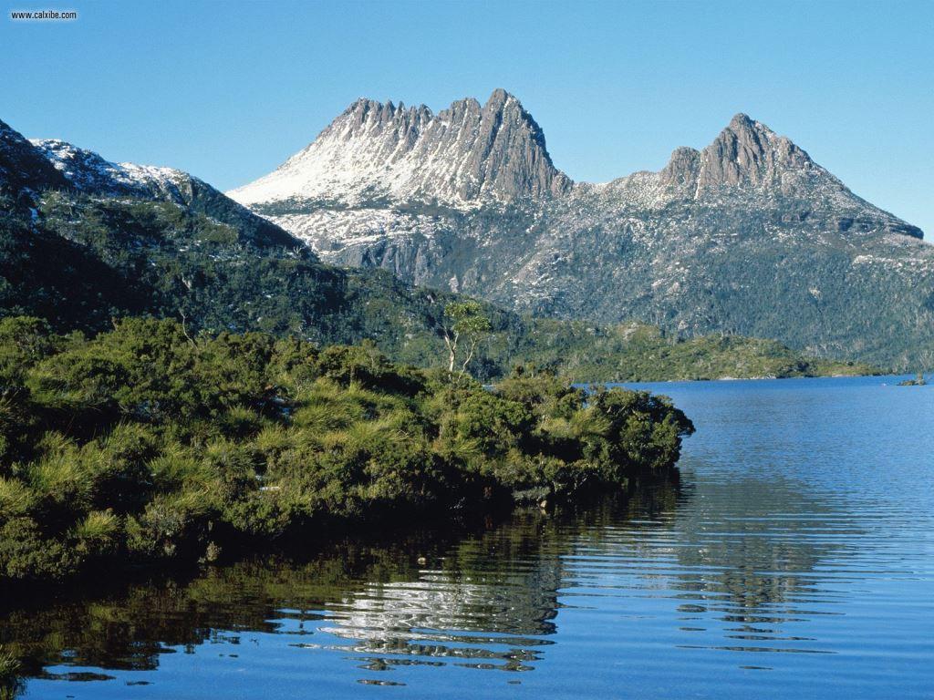Dove_Lake_at_Cradle_Mountain_Tasmania_Australia